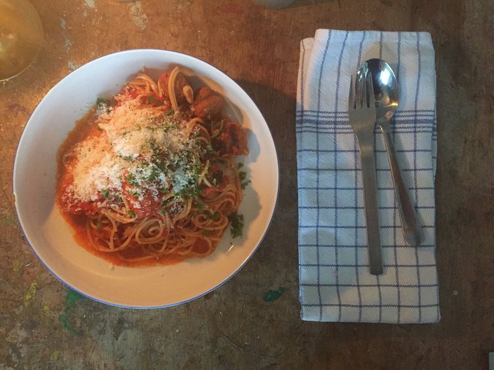 Slanke spaghetti met simpele tomatensaus en vegetarische gehacktballetjes