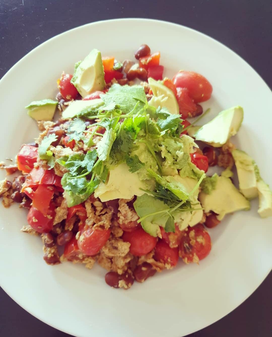 Salade met ei, groenten en bonen